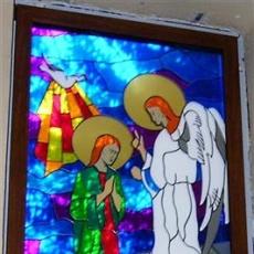 Bleiglasfenster in der Kirche zum Heilligen Maximilian Kolbe in Grzmucin
